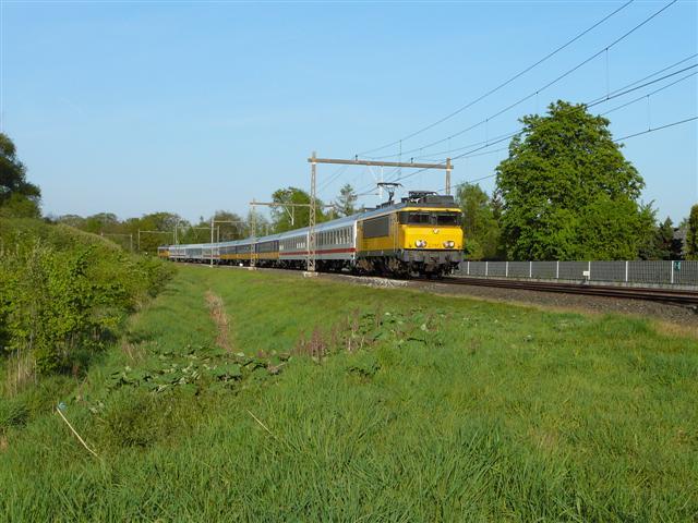 In de beginperiode zijn de rijtuigen in verschillende uitvoeringen te zien. E-loc 1755 trekt op 21 april 2007 een bonte trein van Deventer naar Amsterdam Centraal door Twello. De 1776 rijdt achterop de trein mee.