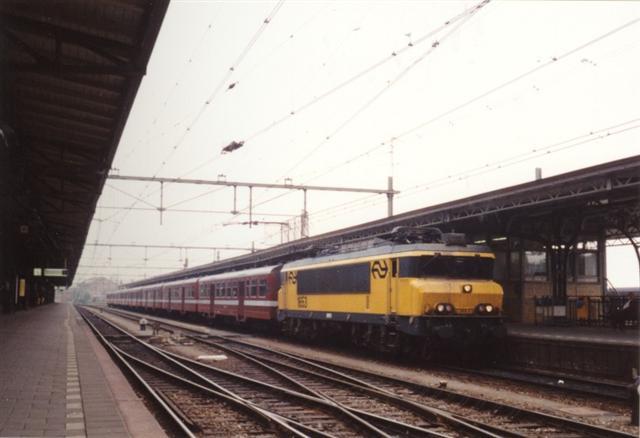 Tijdens de eerste jaren van de inzet van de M2 rijtuigen wordt voornamelijk met stammen van vier rijtuigen gereden. Tijdens de spits en in de laatste jaren van de inzet rijden de treinen in langere samenstelling. E-loc 1653 staat op 20 mei 1994 met een flinke sleep rijtuigen in Roosendaal klaar voor vertrek naar Zwolle.