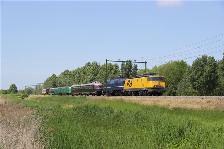 E-loc 1312 brengt het transport van Amsterdam naar Blerick. De opvallende sleep museummaterieel rijdt hier even ten zuiden van Culemborg.