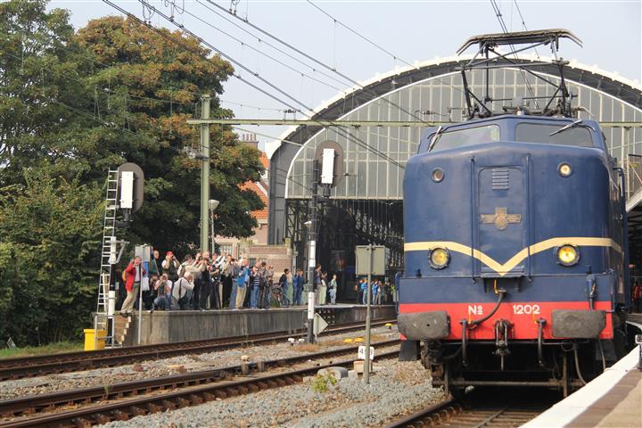 Onder grote belangstelling vertrekt E-loc 1202 met de pendeltrein uit Haarlem naar Amsterdam.