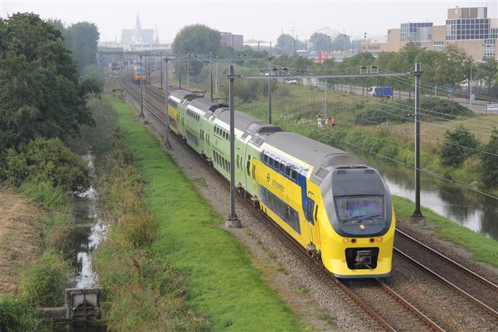 Omdat De Groene Trein in Haarlem is bestickerd, rijdt het stel voorafgaand aan de presentatie naar Amsterdam. Hierna is de eerste officiële rit, terug naar Haarlem.
