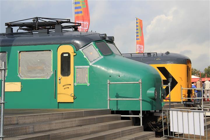 Op het buitenterrein staat onder andere het complete Materieel '54-treinstel 766. Naast de drie opgeknapte rijtuigen is zo ook het Bk-rijtuig te zien dat in de grondverf staat en nog diverse onderdelen mist.